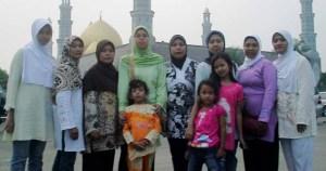 Berfoto di latar belakangi Masjid Dian Al-Mahri Depok